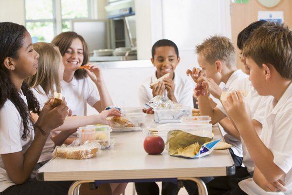 school-kids-eating-lunch