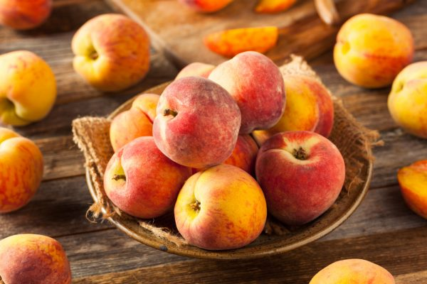 What's the difference between peaches and nectarines
